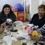 En los Institutos Teletón de varias regiones del país se realizaron talleres para enseñar a los padres y madres a adaptar juguetes para niños con dificultades de movilidad.