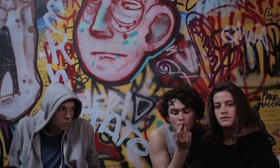 Filme inspirado en un caso real, se introduce en el llamativo y peligroso mundo de las drogas sintéticas.