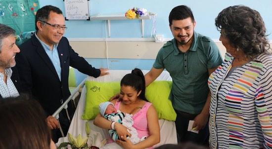 Autoridades regionales visitan Hospital de Quilpué y Hospital Dr. Gustavo Fricke del SSVQ para saludar a primeras mamás del 2019