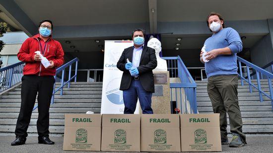 PUCV junto a reconocida fábrica de licores porteña fabricaron alcohol 70% para donarlo al Hospital van Buren